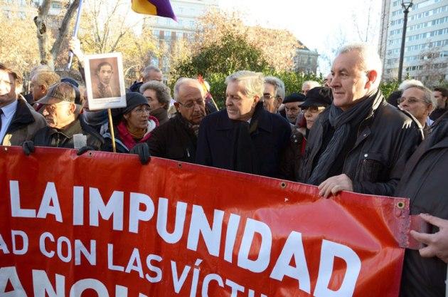 Cayo Lara en una manifestación contra la impunidad del franquismo