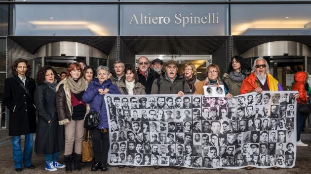 Los miembros de la Plataforma reivindicando los derechos de la víctimas en la puerta Altiero Spinelli del Parlamento Europeo